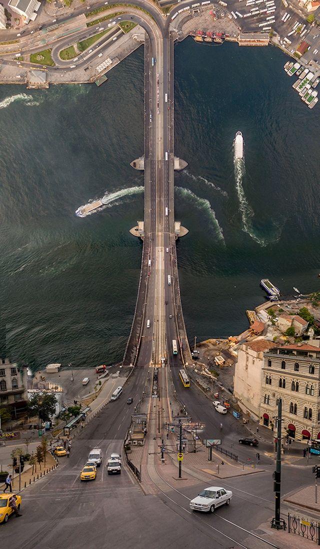 Le photographe turc Aydın Büyüktaş transforme sa ville façon Inception.