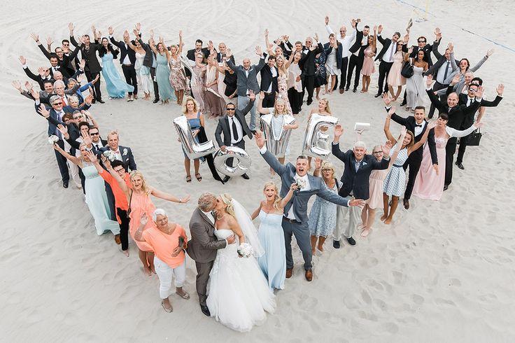 Gruppenfoto in Herzform bei Hochzeit in Sellin an der Ostsee - Ostsee Hochzeitsfotograf © www.hochzeitslicht.de