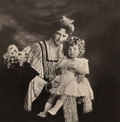 Empress Alexandra Feodorovna with Tsesarevich Alexei . 1907 .